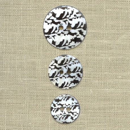 Engraved mother-of-pearl button Foliage, col. Carbone