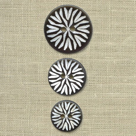 Engraved mother-of-pearl button Tribal, col. Carbone