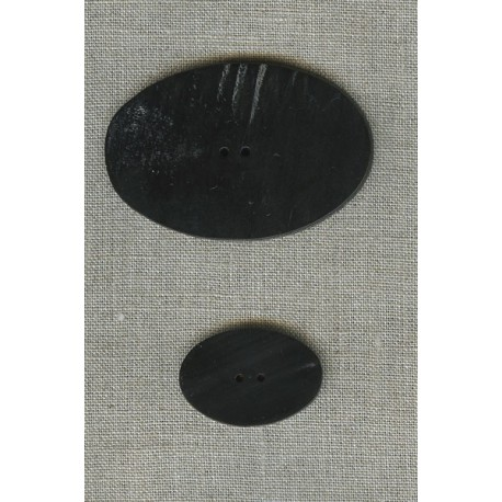 Oval button in black horn.