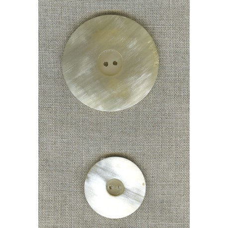 Button in light-coloured horn.