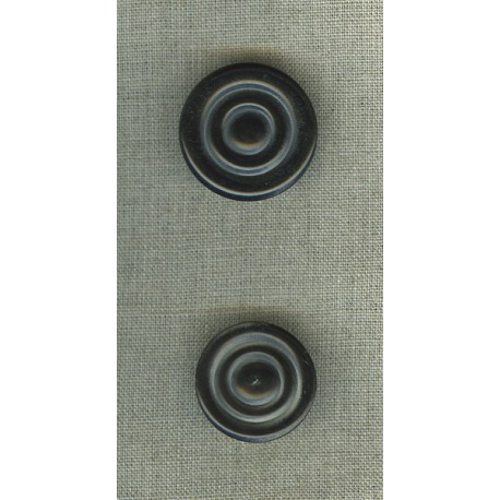 Button in black horn with circle motif.