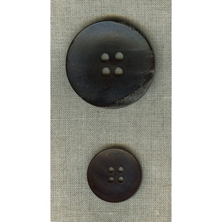 Curved button in black horn.