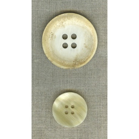 Curved button in light-coloured horn.