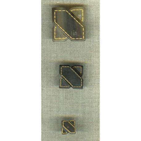 Bouton en corne Blonde, motifs sellier, en relief.