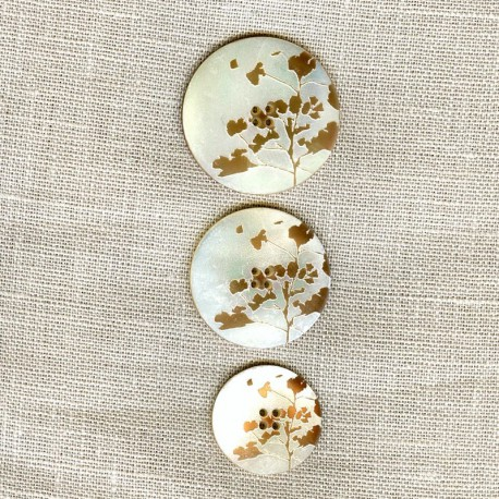 Engraved Mother of pearl button Bloom, col. Deer/ Natural