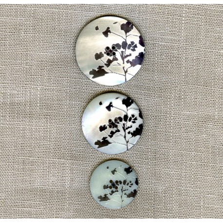 Engraved Mother of pearl button Bloom, col. Pepper/ Natural