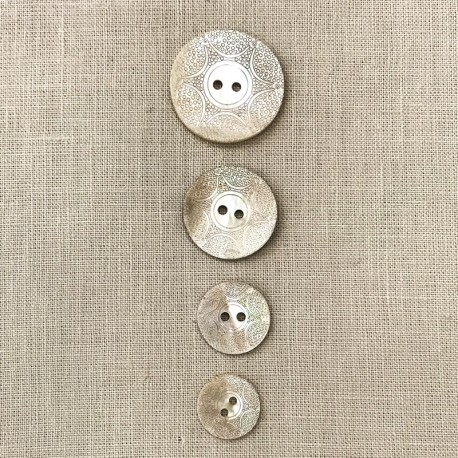 Engraved Mother of Pearl Button Galuchat, col. Natural
