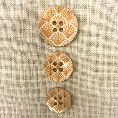 Engraved and Enamelled Mother of Pearl Button Palmyre, col.  Naturel/ Amber Gold